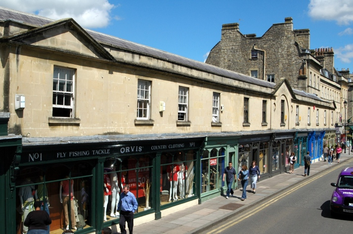 Shops on the Pulteney Bridge  By Erebus555 at English Wikipedia [CC BY-SA 3.0 (http://creativecommons.org/licenses/by-sa/3.0) or GFDL (http://www.gnu.org/copyleft/fdl.html)], via Wikimedia Commons